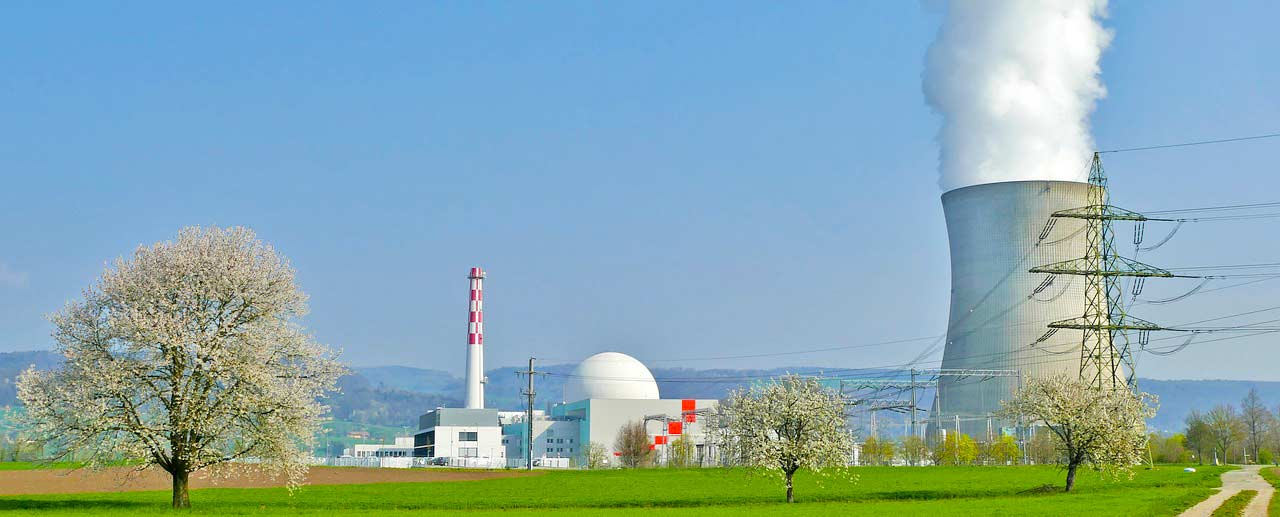 Atomkraftwerk mit Reaktor und Kühlturm